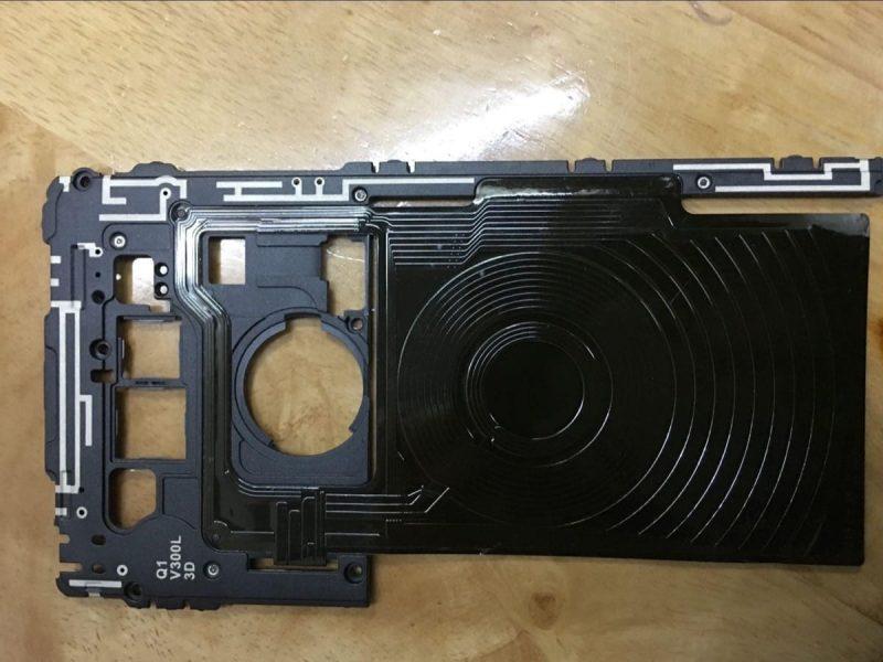 Фото LG V30, подтверждающие критически важную особенность гаджета LG  - lg-v30-wirelles-charge-12