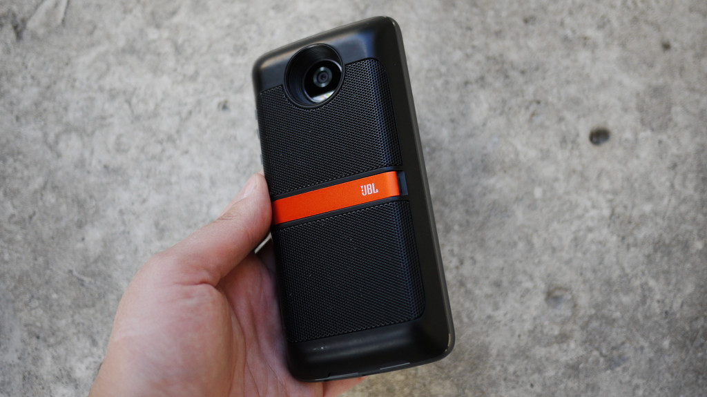 Обзор Lenovo Moto Z2 Play: модульный смартфон среднего класса Другие устройства  - 7-3