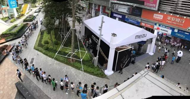 Meizu Pro 7 и Pro 7 Plus уже в продаже: фото ажиотажа Meizu  - meizu_pro_7_launch_01