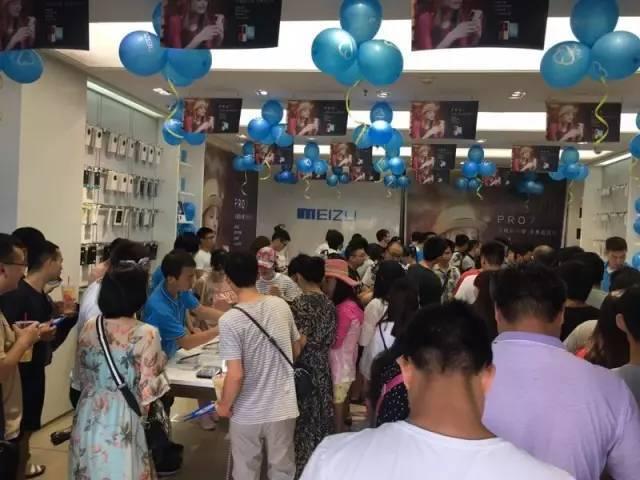 Meizu Pro 7 и Pro 7 Plus уже в продаже: фото ажиотажа Meizu  - meizu_pro_7_launch_05