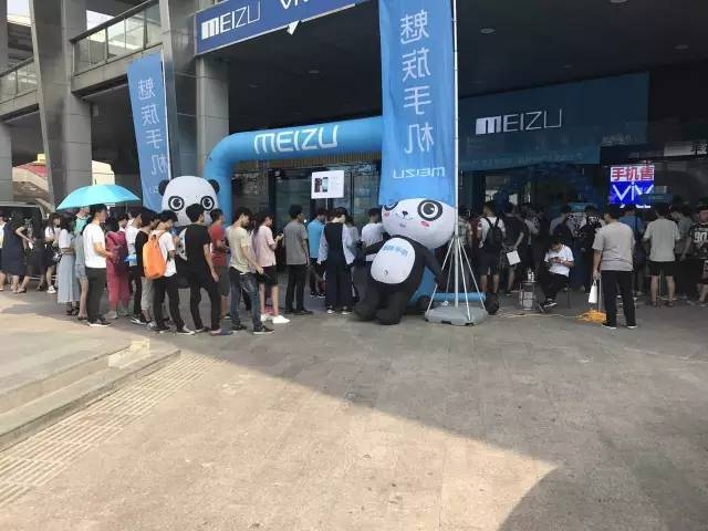Meizu Pro 7 и Pro 7 Plus уже в продаже: фото ажиотажа Meizu  - meizu_pro_7_launch_09