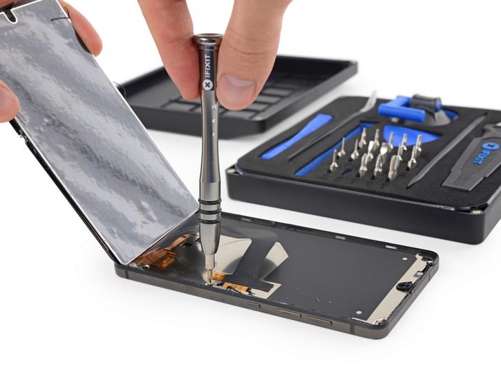 iFixit дал очень низкую оценку Essential Phone Другие устройства  - essential_ifixit_repair_03