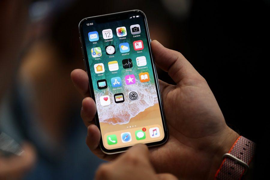 Эксперты подсчитали себестоимость iPhone X, разобрав его Apple  - gettyimages-846148982