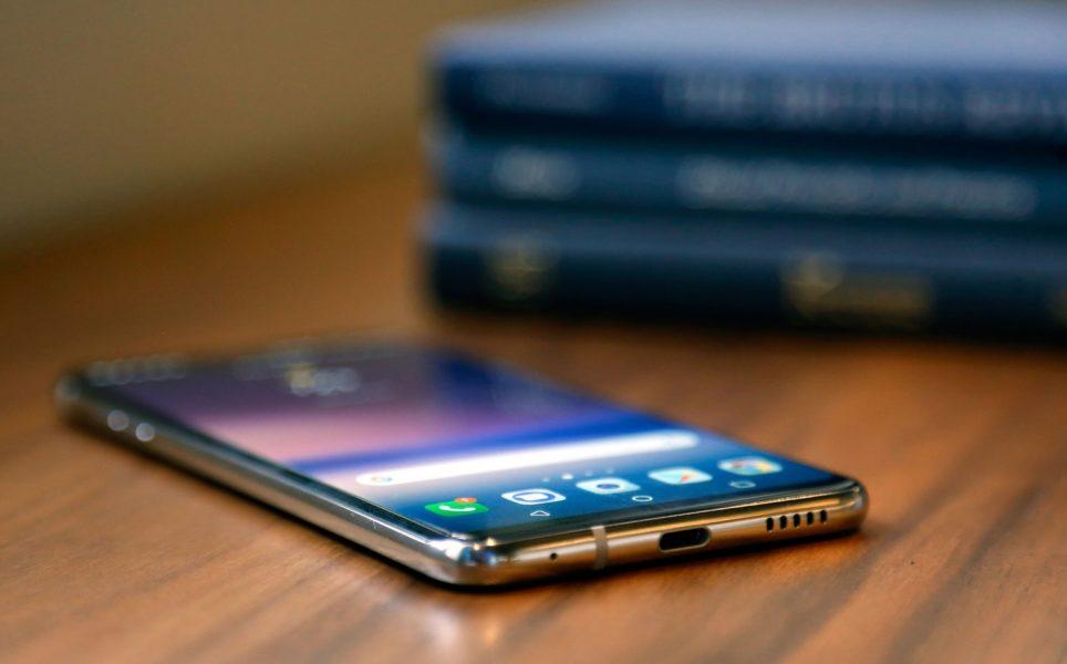 Обзор нового флагмана LG V30. Гаджет, которым хочется обладать LG  - lg-v30-smartfon-na-stole-foto-2