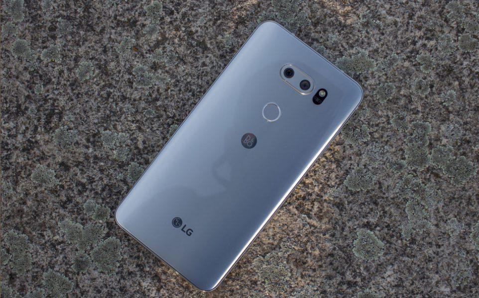 Обзор нового флагмана LG V30. Гаджет, которым хочется обладать LG  - lg-v30-smartfon-na-stole