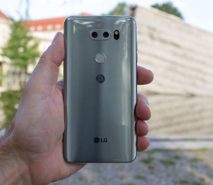 Обзор нового флагмана LG V30. Гаджет, которым хочется обладать LG  - lg-v30-smartfon-v-rukah-zadnyaya-panel-i-udobnyj-hvat