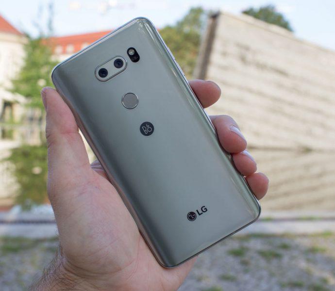 Обзор нового флагмана LG V30. Гаджет, которым хочется обладать LG  - lg-v30-smartfon-v-rukah-zadnyaya-panel