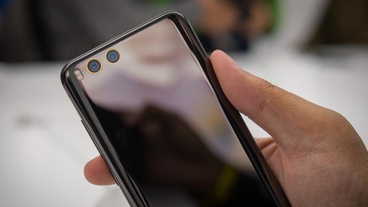 Xiaomi официально подтвердила присутствие беспроводной зарядки в Mi 7 Xiaomi  - xiaomi-mi-6-first-impressions-hands-on-aa-30-of-35.-750