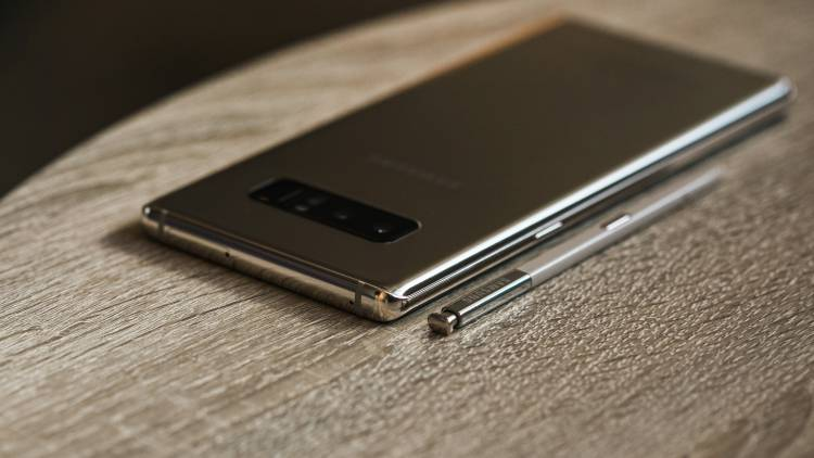 Samsung не надеется на хорошие продажи Galaxy Note 9 Samsung  - Samsung-NOTE-8-GOLD-4356.-750