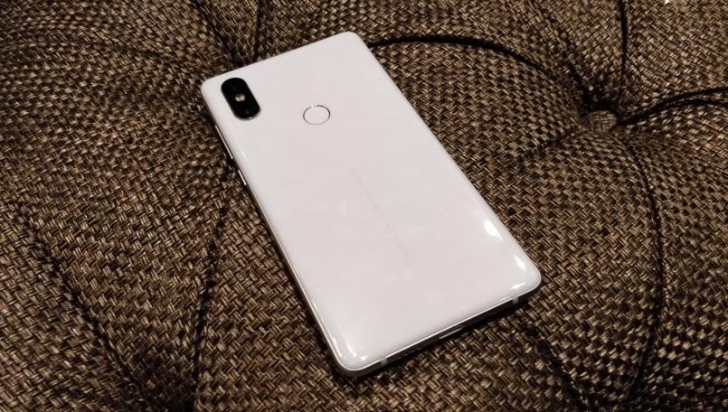 Пользователи жалуются на новую проблему в Xiaomi Mi Mix 2S Xiaomi  - xiaomi-mi-mix-2s-first-impressions-white-back