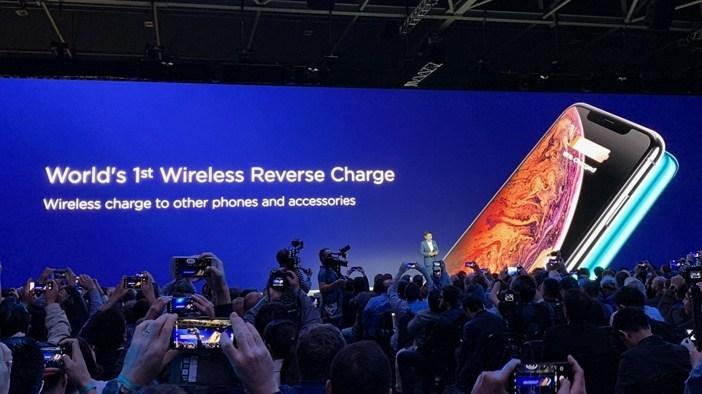 Реверсивная беспроводная зарядка. Как ей пользоваться и что это такое ? Другие устройства  - Charge-your-iPhone-using-Huawei-Mate-20-Pro