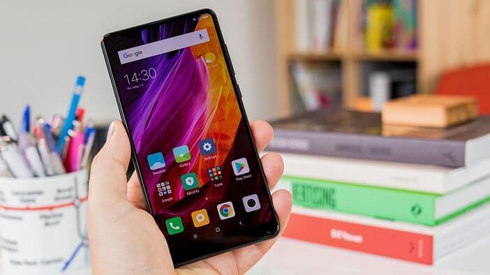 Xiaomi: все модели начиная от недорогих до флагманов Xiaomi  - Mi-Mix-2S-in-hand