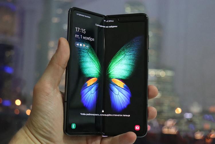 Потребители выбирают гибкие смартфоны в формате раскладушки Samsung  - fold1