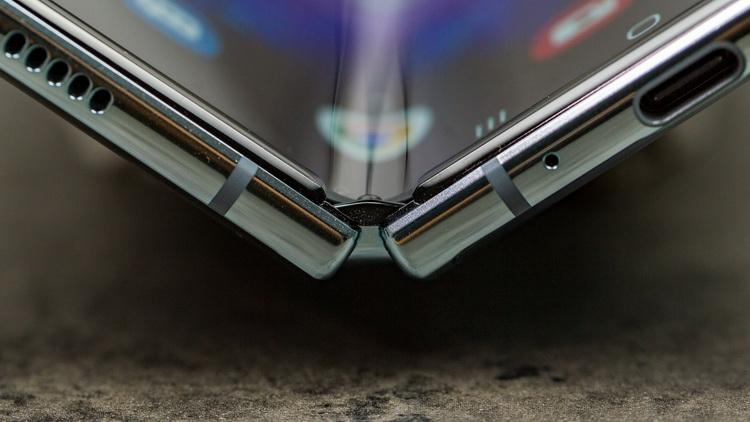 Samsung Galaxy Z Fold 2: первое «живое» фото с гибким экраном Samsung  - samsung-galaxy-fold