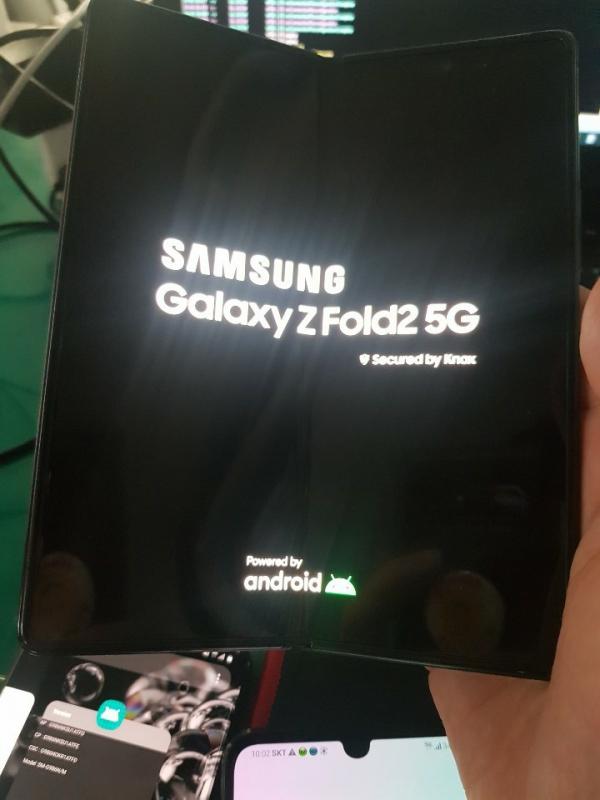 Samsung Galaxy Z Fold 2: первое «живое» фото с гибким экраном Samsung  - sm.EeDogFQU4AAriLZ.600