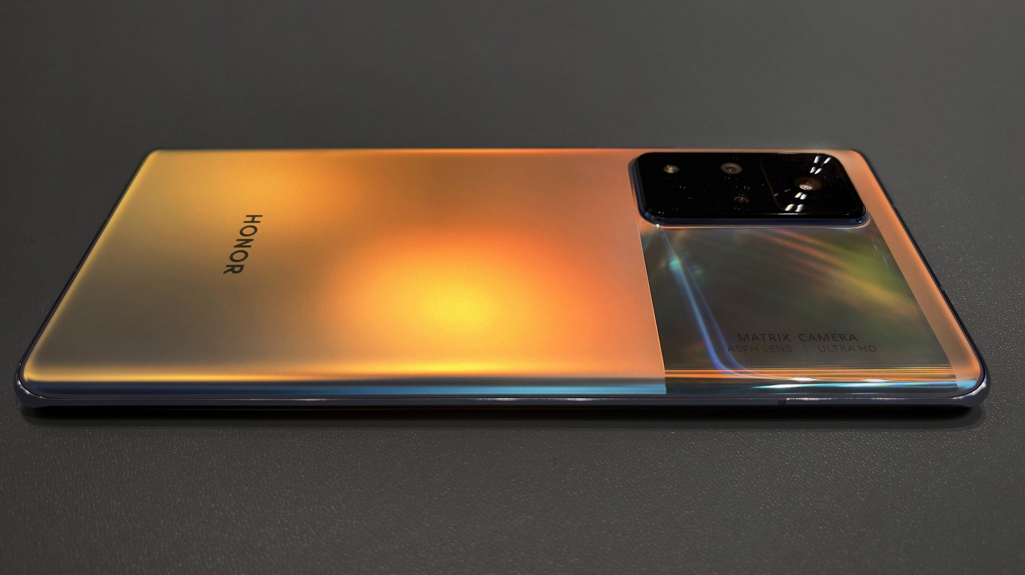 Honor V40 и Huawei Mate 40 Pro показался на видео Другие устройства  - ptenec_vyletel_iz_gnezda_honor_v40_radom_s_huawei_mate_40_pro_na_foto_picture2_0