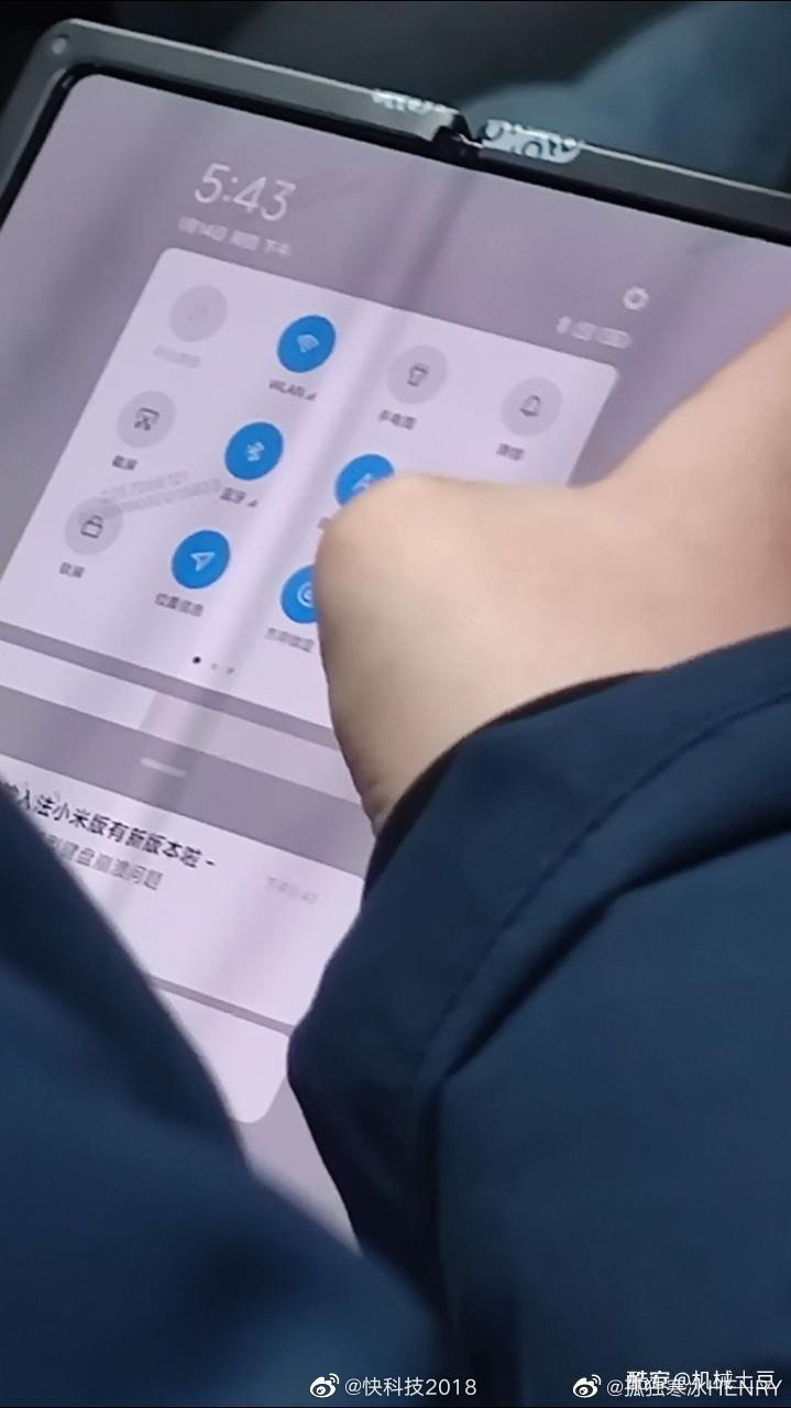 В китайском метро засветился складной Xiaomi Xiaomi  - skladnoj_smartfon_xiaomi_zasvetilsa_v_kitajskom_metro_1