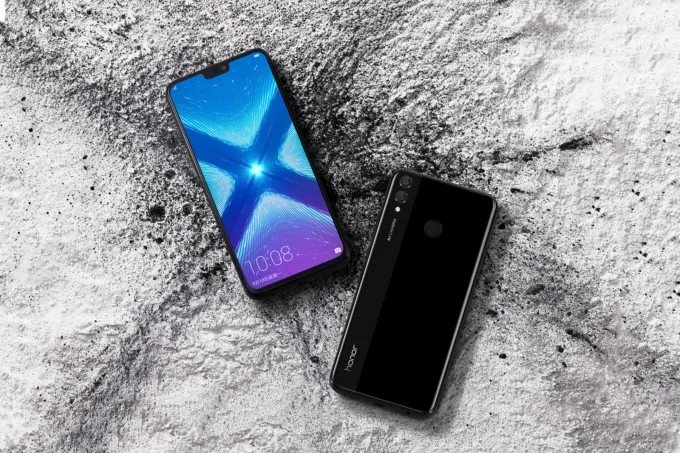 Как поставить меняющиеся обои на телефоны Huawei и Honor? Приложения  - csm_Johnson_Honor_8x_Lifestyle_Photo_Powder_Black_original_wallpaper_20180904_832af68a51-680x453